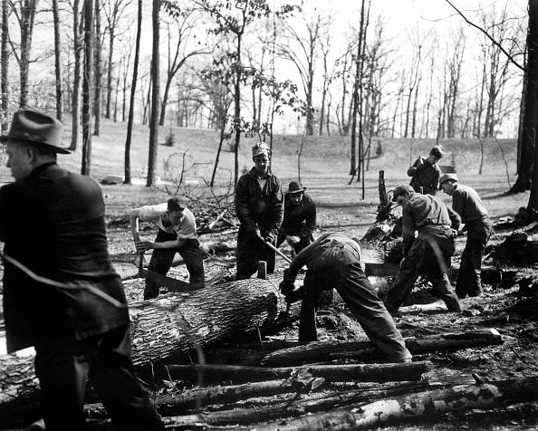 Crisis「Works during New Deal in USA to fight against economic crisis in the 30's : men (lumberjacks) working in a forest」:写真・画像(9)[壁紙.com]