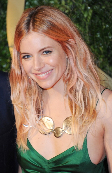 Sienna Miller「British Fashion Awards 2013 - Red Carpet Arrivals」:写真・画像(17)[壁紙.com]