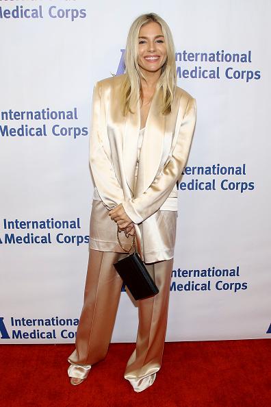 Sienna Miller「International Medical Corps' Annual Awards Celebration - Arrivals」:写真・画像(7)[壁紙.com]