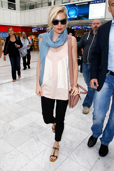 Sienna Miller「Sienna Miller spotted at Nice airport wearing the new Coccinelle Arlettis Bag」:写真・画像(2)[壁紙.com]