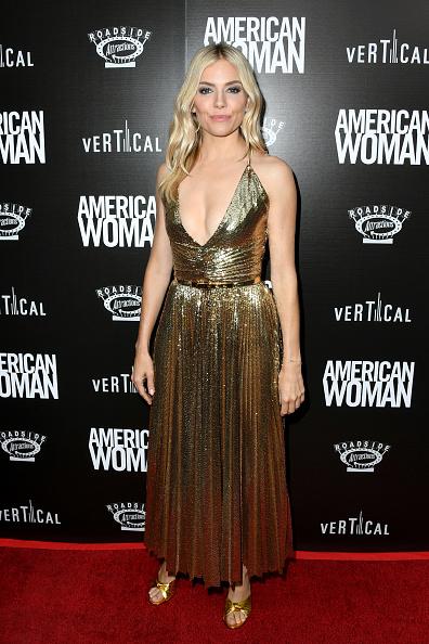 Sienna Miller「Premiere Of Roadside Attraction's 'American Woman' - Arrivals」:写真・画像(17)[壁紙.com]