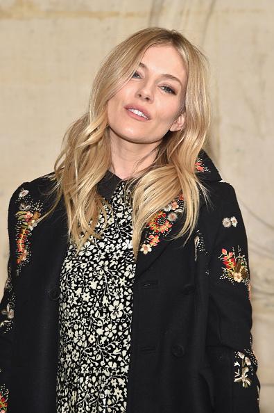 Sienna Miller「Christian Dior : Photocall - Paris Fashion Week Womenswear Fall/Winter 2017/2018」:写真・画像(4)[壁紙.com]