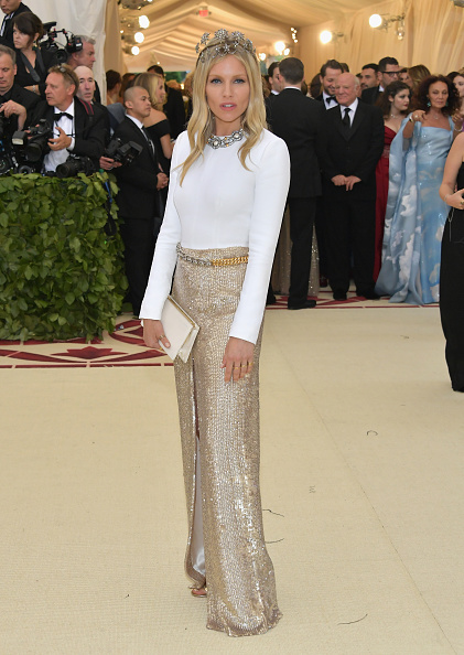 Sienna Miller「Heavenly Bodies: Fashion & The Catholic Imagination Costume Institute Gala - Arrivals」:写真・画像(6)[壁紙.com]
