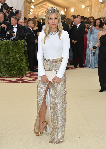 Sienna Miller「Heavenly Bodies: Fashion & The Catholic Imagination Costume Institute Gala - Arrivals」:写真・画像(11)[壁紙.com]