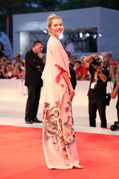 Sienna Miller「Kineo Prize Red Carpet Arrivals - The 76th Venice Film Festival」:写真・画像(1)[壁紙.com]