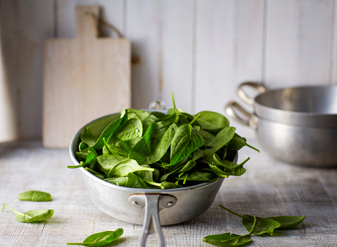 Spinach「Fresh spinach leaves in colander on wood」:スマホ壁紙(6)