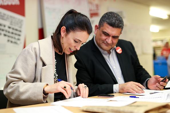 上半身「Jacinda Ardern Campaigns In Wellington Two Days Out From General Election」:写真・画像(11)[壁紙.com]