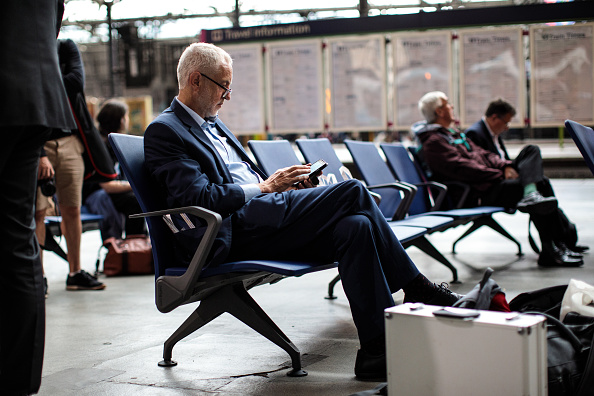 Waiting「Jeremy Corbyn Travels Crossrail For The North Route」:写真・画像(6)[壁紙.com]