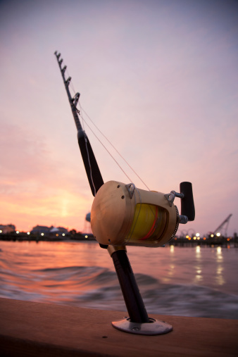 オーシャンシティー「Rod and reel on boat gunwale at sunrise.」:スマホ壁紙(7)