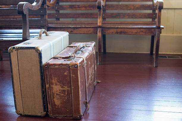 Packed suitcases in train station:スマホ壁紙(壁紙.com)