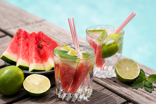 スイカ「Fresh mineral water with watermelon, lime and ice in glasses」:スマホ壁紙(16)