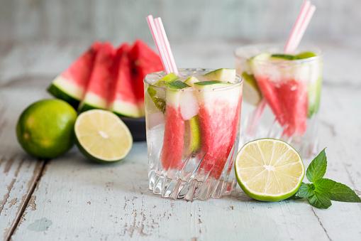 スイカ「Fresh mineral water with watermelon, lime and ice in glasses」:スマホ壁紙(19)