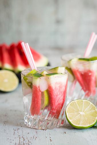 スイカ「Fresh mineral water with watermelon, lime and ice in glasses」:スマホ壁紙(18)
