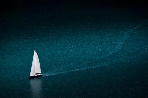 Sailboat「Solo yacht cruises on Lake at St. Moritz」:スマホ壁紙(13)