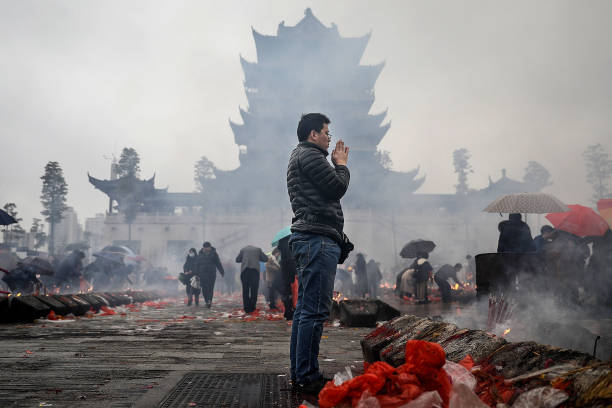 Hubei Province「Chinese Worship The God Of Fortune In Guiyuan Buddhist Temple」:写真・画像(9)[壁紙.com]