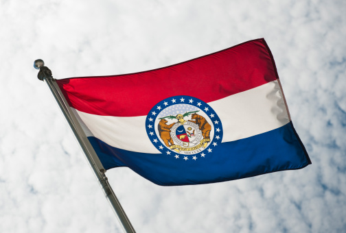 Pole「USA, Missouri State flag against sky」:スマホ壁紙(10)