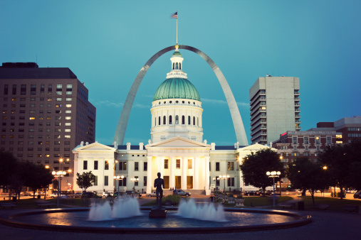 St「USA, Missouri, St. Louis, Fountain and courthouse at dusk」:スマホ壁紙(3)