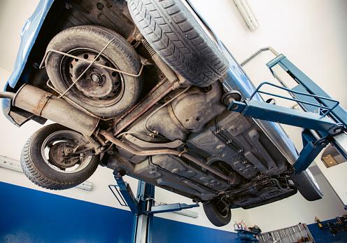 Car Dealership「Car in Repair shop」:スマホ壁紙(10)