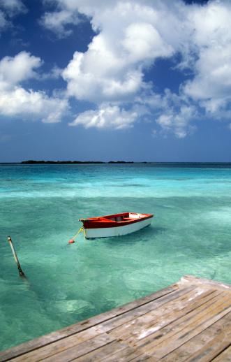 アルーバビーチ「Boat in water, Eagle Beach, Aruba」:スマホ壁紙(1)