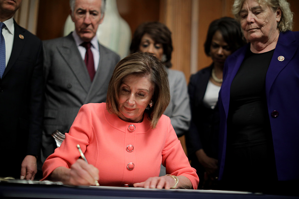 US President「Speaker Pelosi Announces Impeachment Managers, Signs And Transmits Articles To Senate For Trial」:写真・画像(19)[壁紙.com]