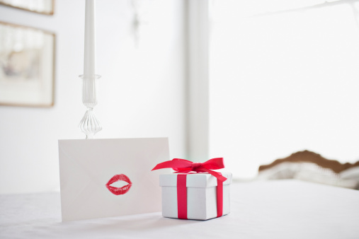 Gift「Gift box with ribbon and card with lipstick kiss on desk」:スマホ壁紙(6)