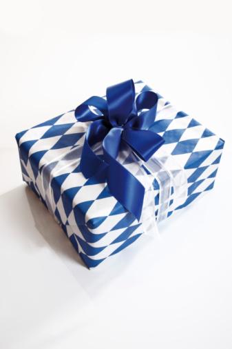 プレゼント「Gift box with bow on white background, close-up」:スマホ壁紙(4)