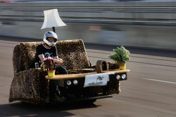 Sofa「Worlds Fastest Piece Of Furniture Record Attempt」:写真・画像(14)[壁紙.com]