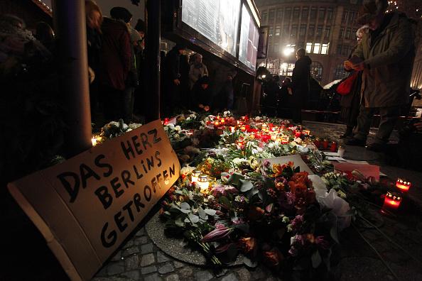 2016 Berlin Christmas Market Attack「Lorry Truck Drives Through Christmas Market In Berlin」:写真・画像(18)[壁紙.com]