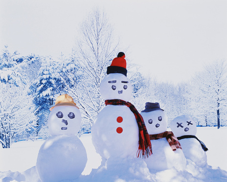 雪だるま「Snowman family in front of winter trees」:スマホ壁紙(1)