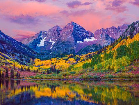 North America「Maroon Bells autumn aspen trees,lake reflections,Aspen Colorado」:スマホ壁紙(15)