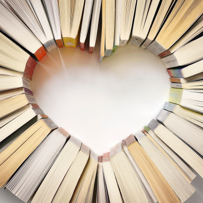 Learning「Book spines forming a heart shape」:スマホ壁紙(11)