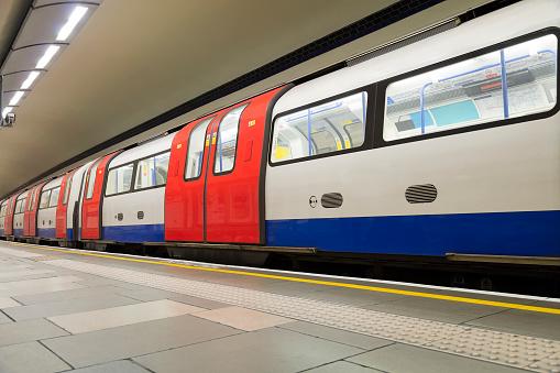 Tube「Empty London Subway, COVID-19 Effect, United Kingdom」:スマホ壁紙(14)
