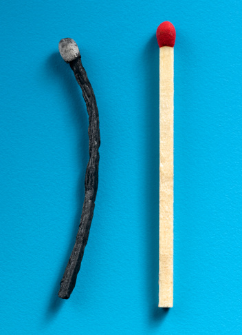 Burnt「Wooden match stick and charred wooden match stick」:スマホ壁紙(2)