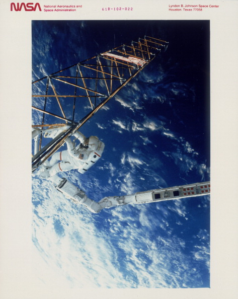 Robot Arm「Astronaut on EVA from the Space Shuttle Atlantis, 1985.」:写真・画像(10)[壁紙.com]