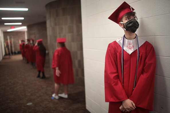 High School「Illinois High School Holds Socially Distanced Graduation During Coronavirus Pandemic」:写真・画像(11)[壁紙.com]