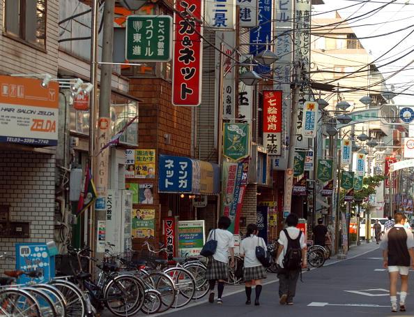 Non-Urban Scene「Students walk down the streets of Tokyo」:写真・画像(1)[壁紙.com]