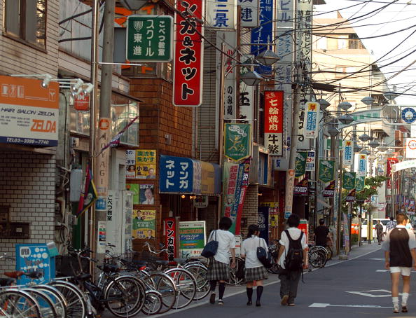 風景「Students walk down the streets of Tokyo」:写真・画像(4)[壁紙.com]