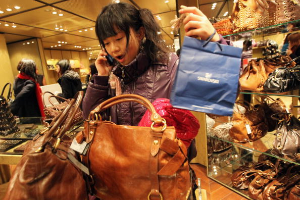 Purse「Bargain Hunters Are Out In Full Force for The Boxing Day Sales」:写真・画像(18)[壁紙.com]