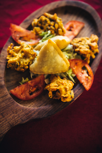Bhaji「Pakora, bhaji and samosa on a wooden plate. North Indian food」:スマホ壁紙(15)