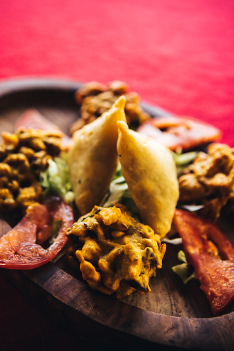Bhaji「Pakora, bhaji and samosa on a wooden plate. North Indian food」:スマホ壁紙(7)