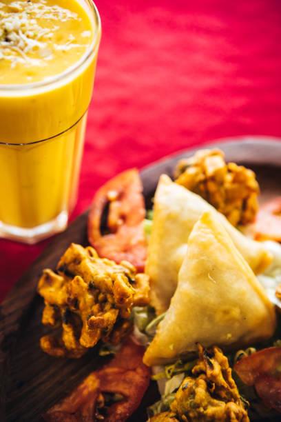 Pakora, bhaji and samosa on a wooden plate. North Indian food:スマホ壁紙(壁紙.com)