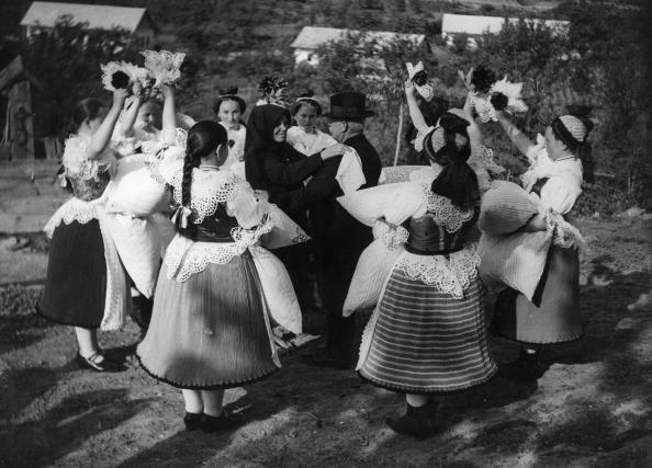 Traditional Clothing「Hungarian Dance」:写真・画像(2)[壁紙.com]