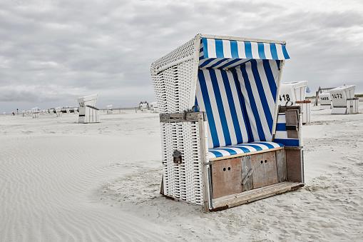 St「Germany, Schleswig-Holstein, St Peter-Ording, hooded beach chair」:スマホ壁紙(14)
