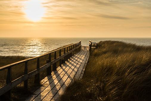 夕焼け 海「Germany, Schleswig-Holstein, Sylt, North Sea, wooden walkway through dune at sunset」:スマホ壁紙(3)