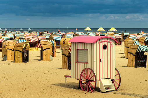 Changing Cubicle「Germany, Schleswig-Holstein, Travemuende, roofed wicker beach chairs and changing cubicle」:スマホ壁紙(14)