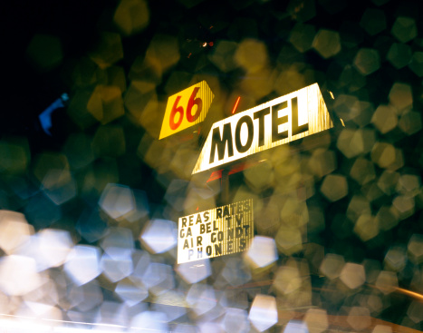 Motel「Route 66 hotel sign through car window at night」:スマホ壁紙(10)