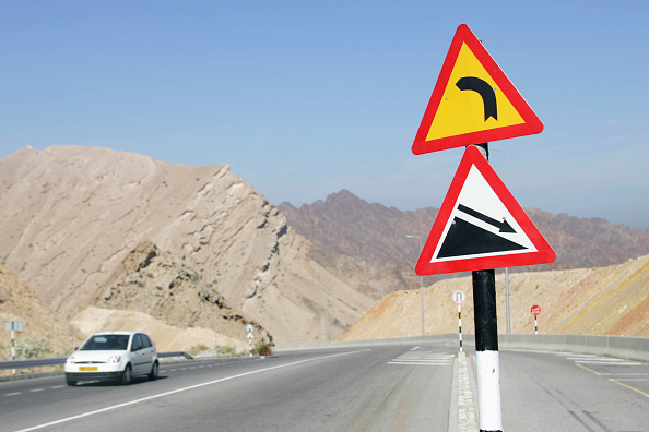 Road Marking「Road signs for steep hill in Oman」:写真・画像(14)[壁紙.com]