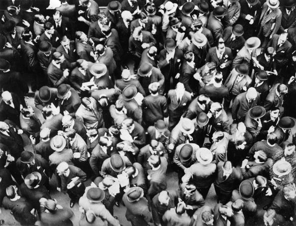 Trader「A big crowd is waiting for news in front of the closed stock exchange after the Bank of England has announced that there will be no more trading of pounds into gold. Photograph. London. 1931.  (Photo by Austrian Archives (S)/Imagno/Getty Images)」:写真・画像(0)[壁紙.com]