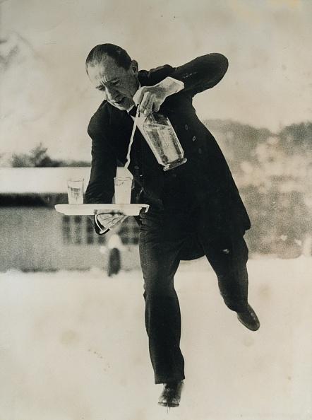 Pouring「Waiter on skates」:写真・画像(19)[壁紙.com]