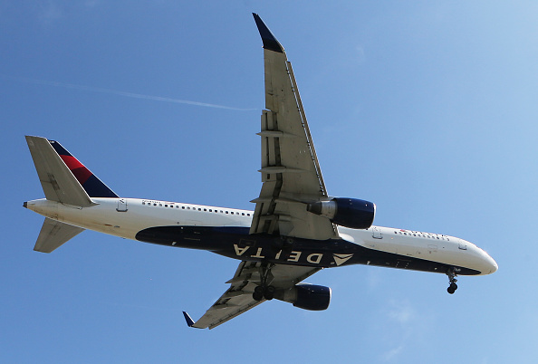 LAX Airport「Delta Airlines To Cut Flights And Raise Fares As Fuel Costs Surge」:写真・画像(2)[壁紙.com]